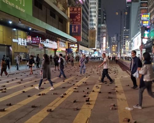 示威者再堵彌敦道警察驅趕 油尖旺多處交通受阻