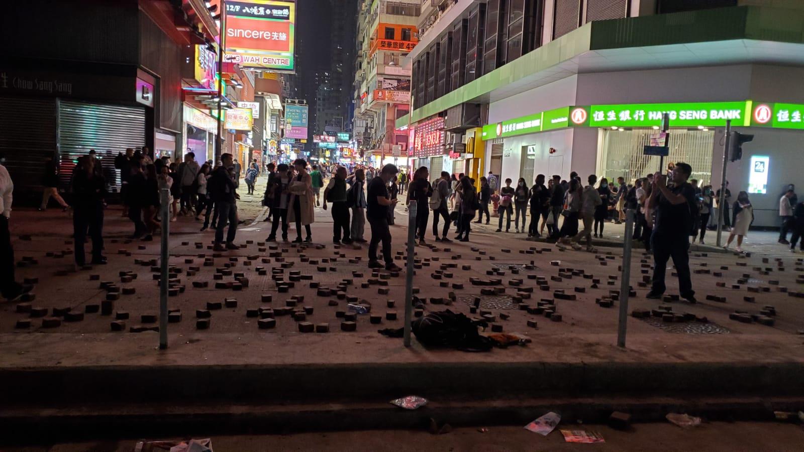 示威者彌敦道堵路縱火警察驅趕 油尖旺多處交通受阻