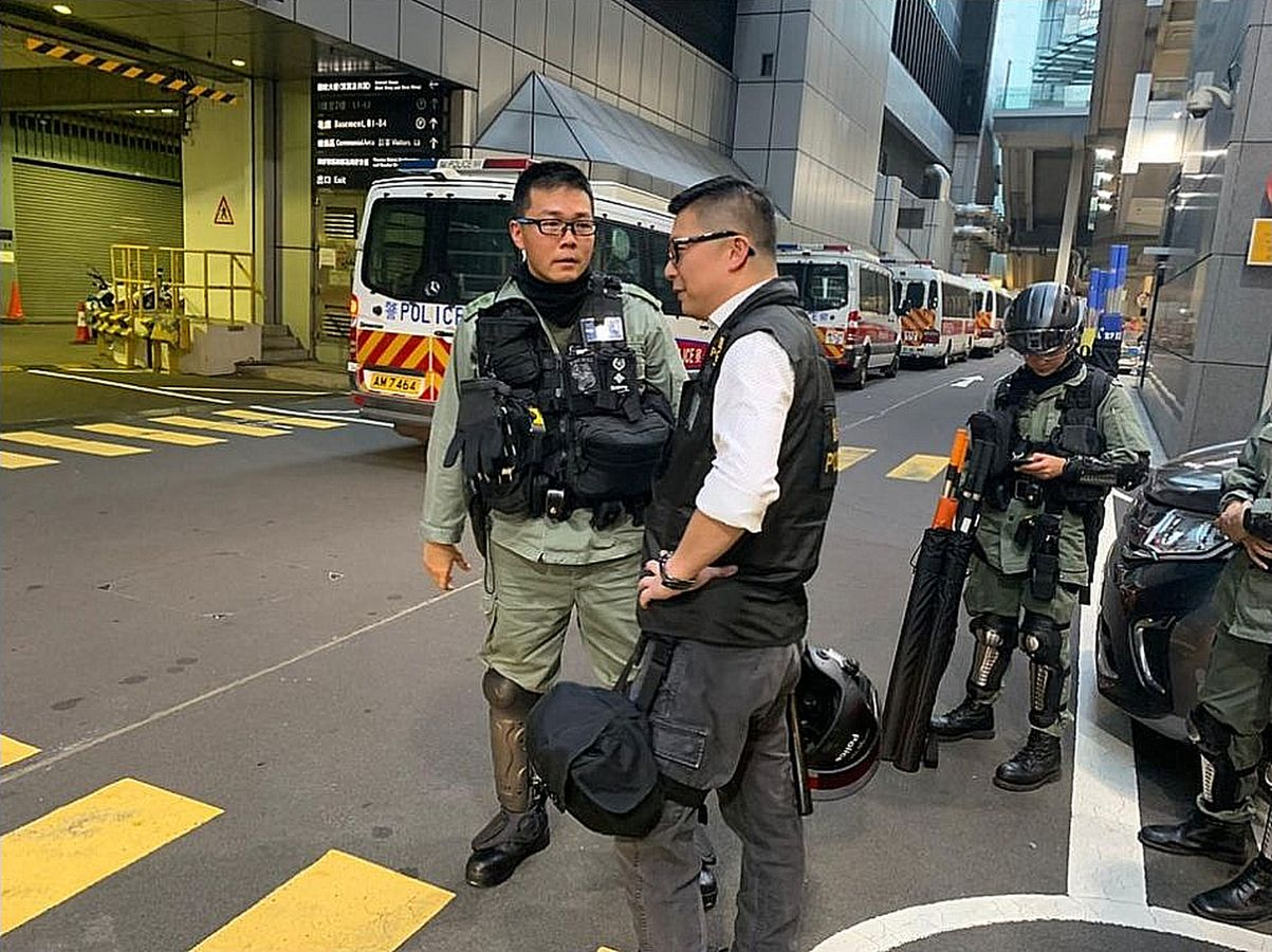 鄧炳強早前被攝得帶隊驅散示威者。網圖