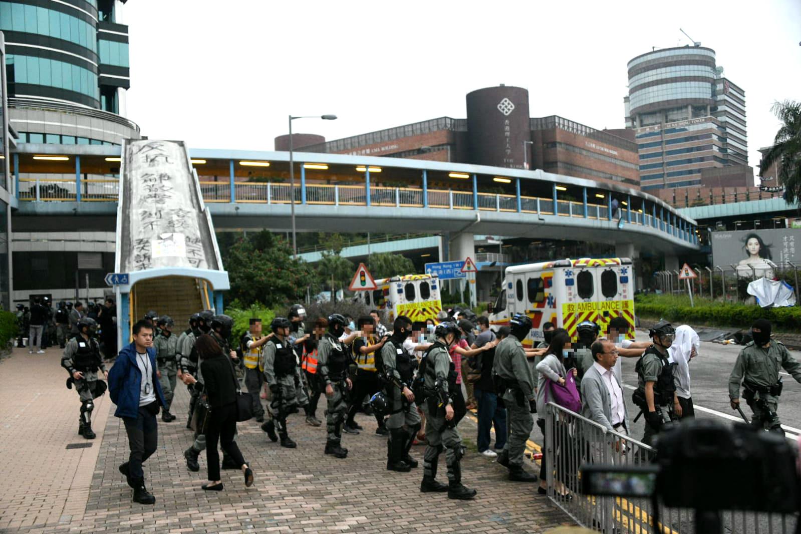 示威者陸續離開理工大學校園。