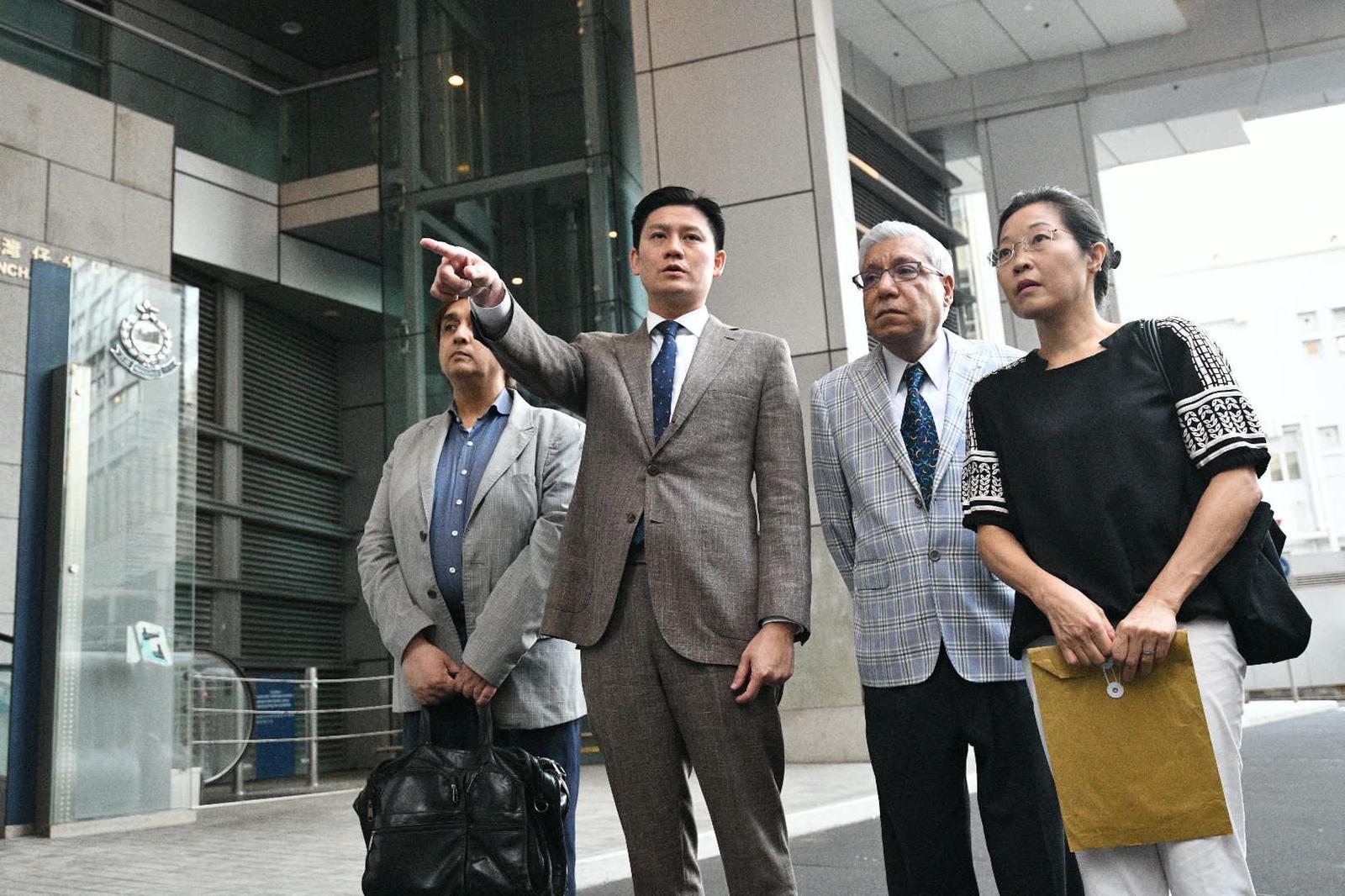 譚文豪(左二)與毛漢(右二)曾經向警方投訴。資料圖片