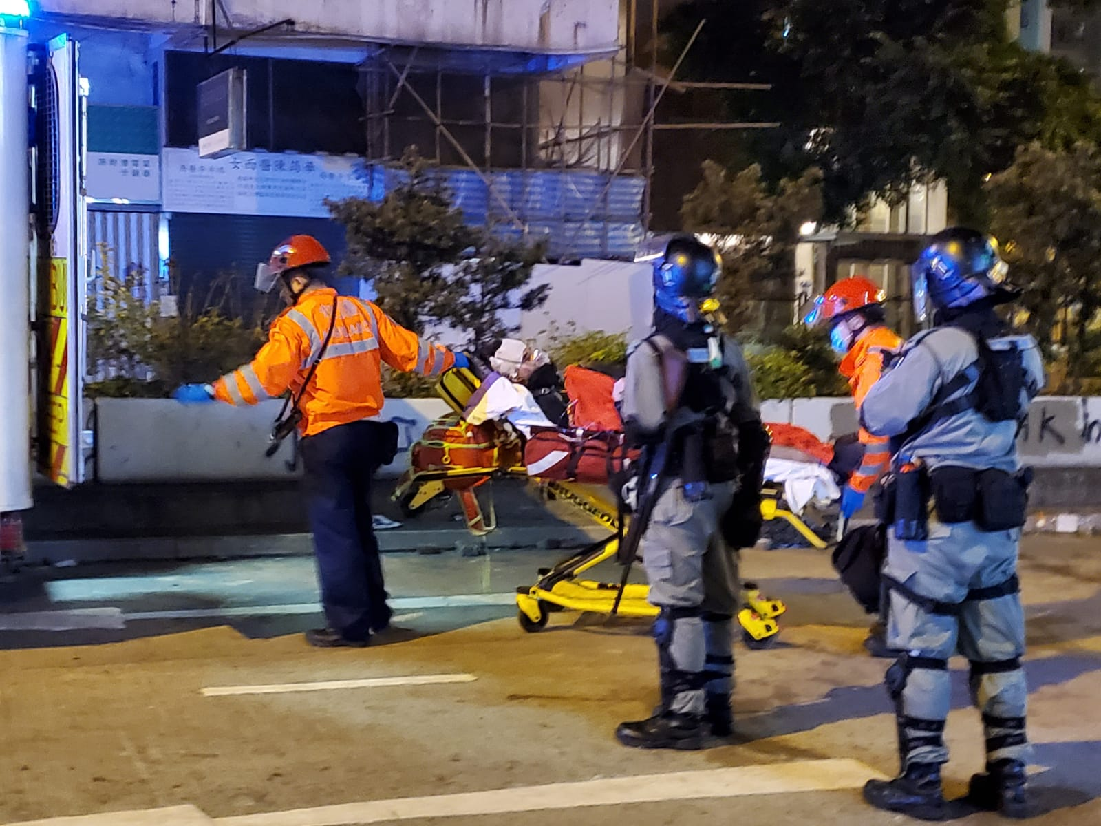 油麻地事件中,其中一名男子由擔架抬離現場。資料圖片