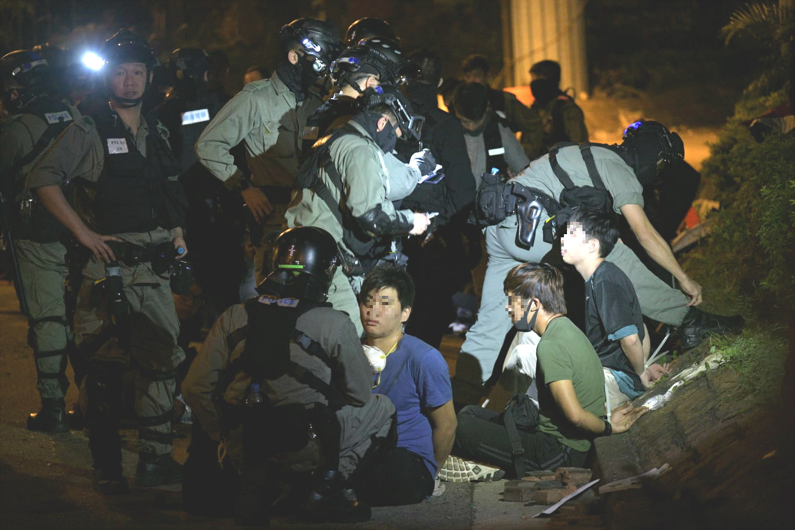警員制服多名示威者