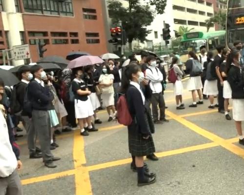 【修例風波】網民發起觀塘「和你返」 學生一度走出馬路設路障