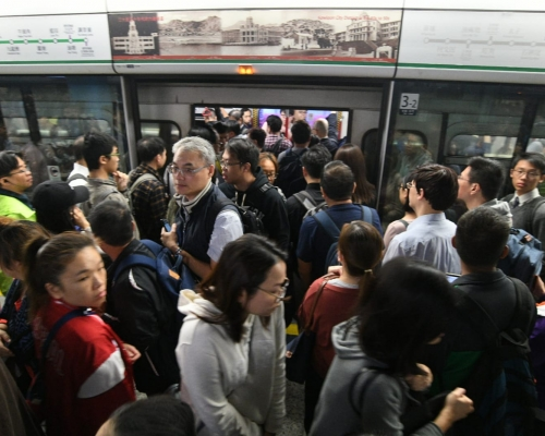 【修例風波】列車車門被阻礙 港鐵觀塘荃灣及港島線服務一度受影響