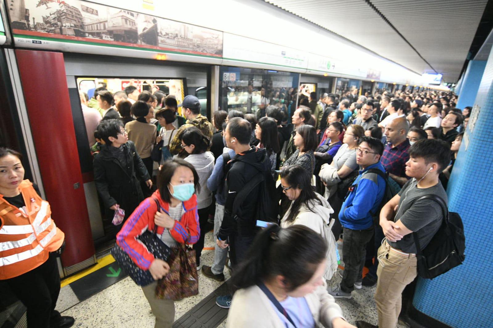 全港中小學停課今復課,有網民重啟「黎明行動」,早上交通混亂。
