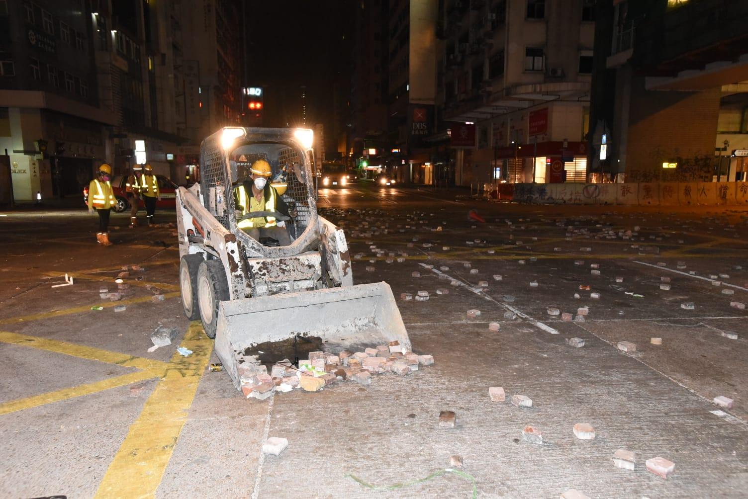 當局凌晨派出小型剷往彌敦道清理路障。丁志雄攝