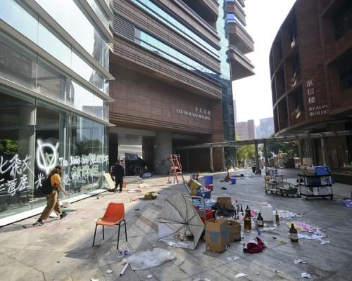 【修例風波】理大校園狼藉磚頭雜物堆積 廣場砌「SOS」字樣