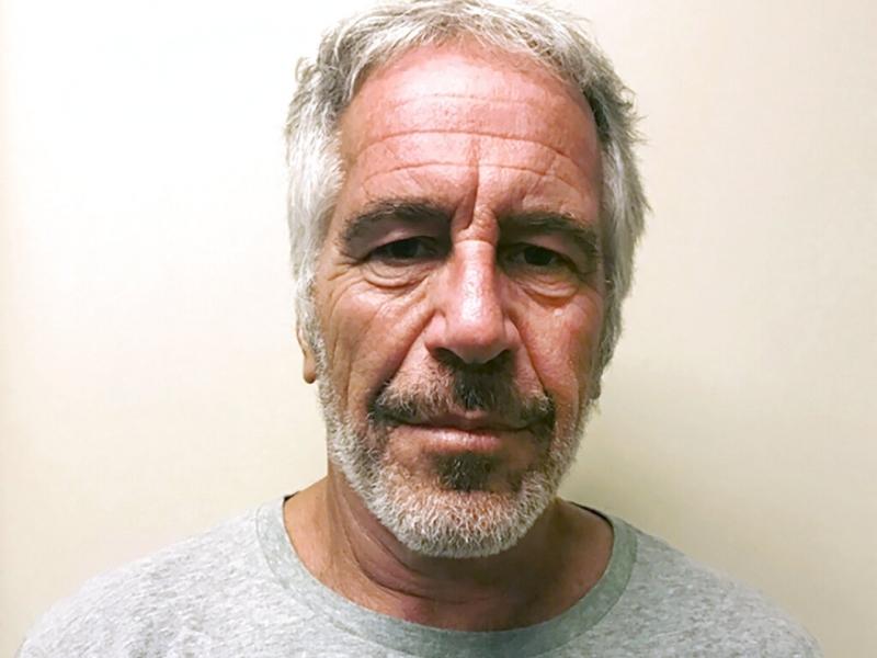 愛潑斯坦在8月時,被發現在囚室中上吊死亡。AP