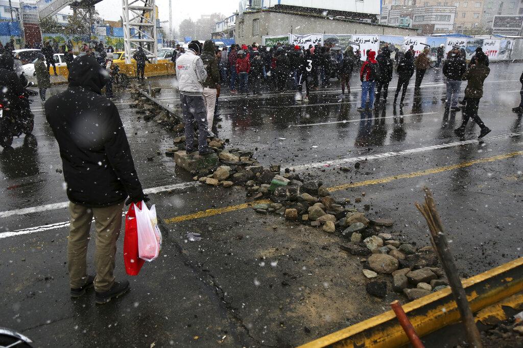 伊朗民眾抗議政府大幅調高汽油價格。AP