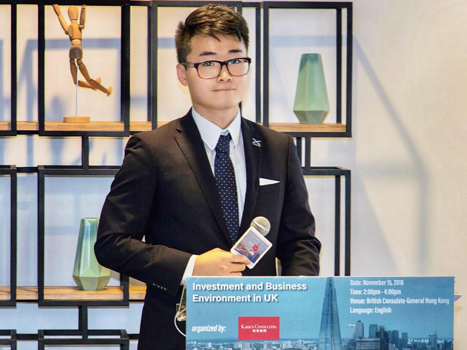 英國駐港總領事館香港僱員鄭文傑。Simon Cheng FB圖