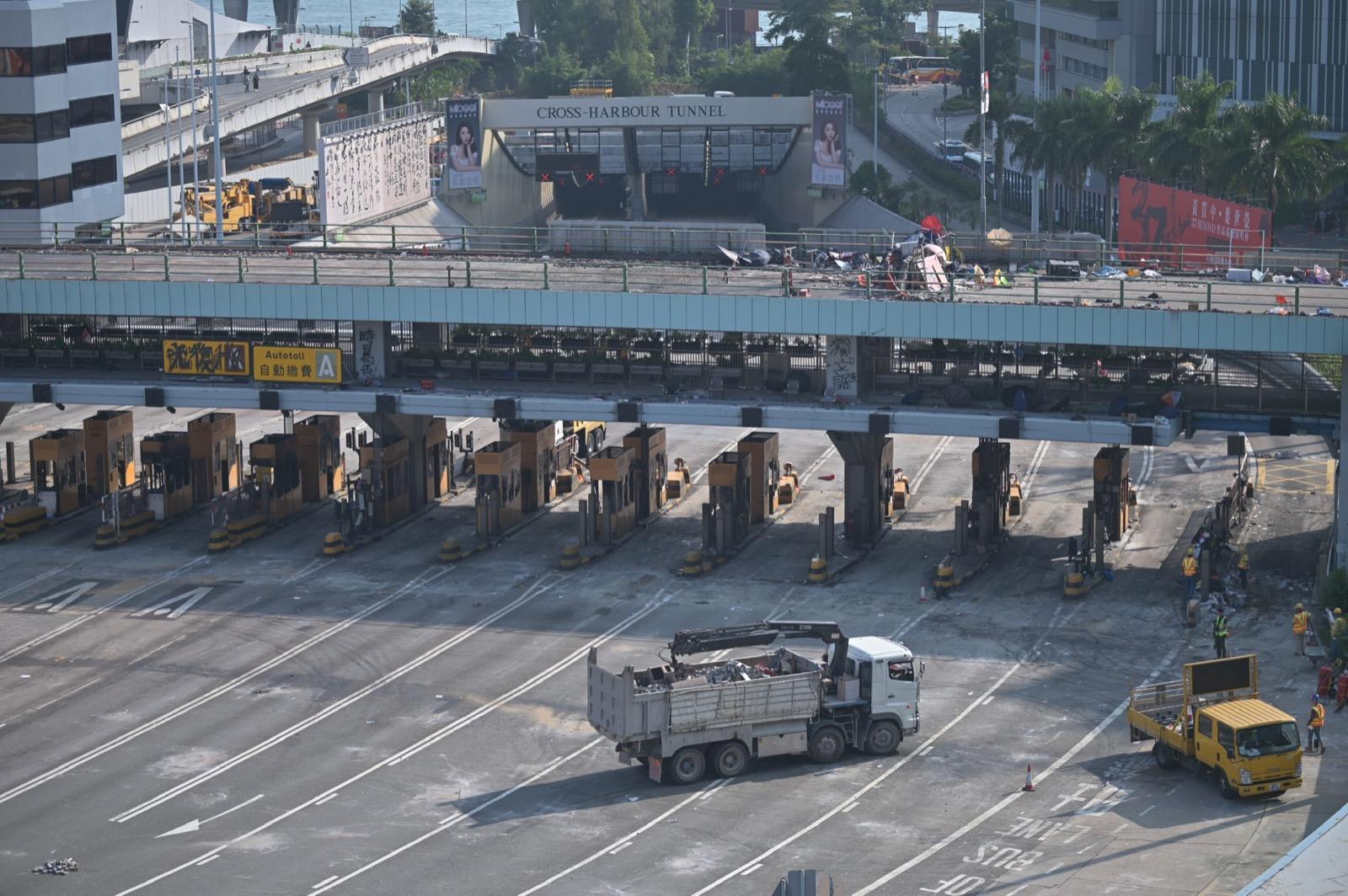 【修例風波】清潔工收拾紅隧口磚頭汽油彈 有私家車誤闖掉頭