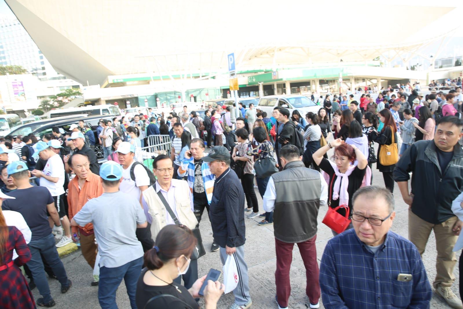 數百人轉到紅館外執垃圾