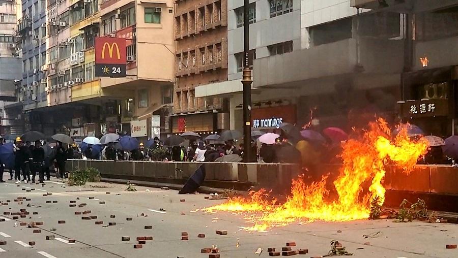 油尖旺區大批示威者堵路縱火。資料圖片