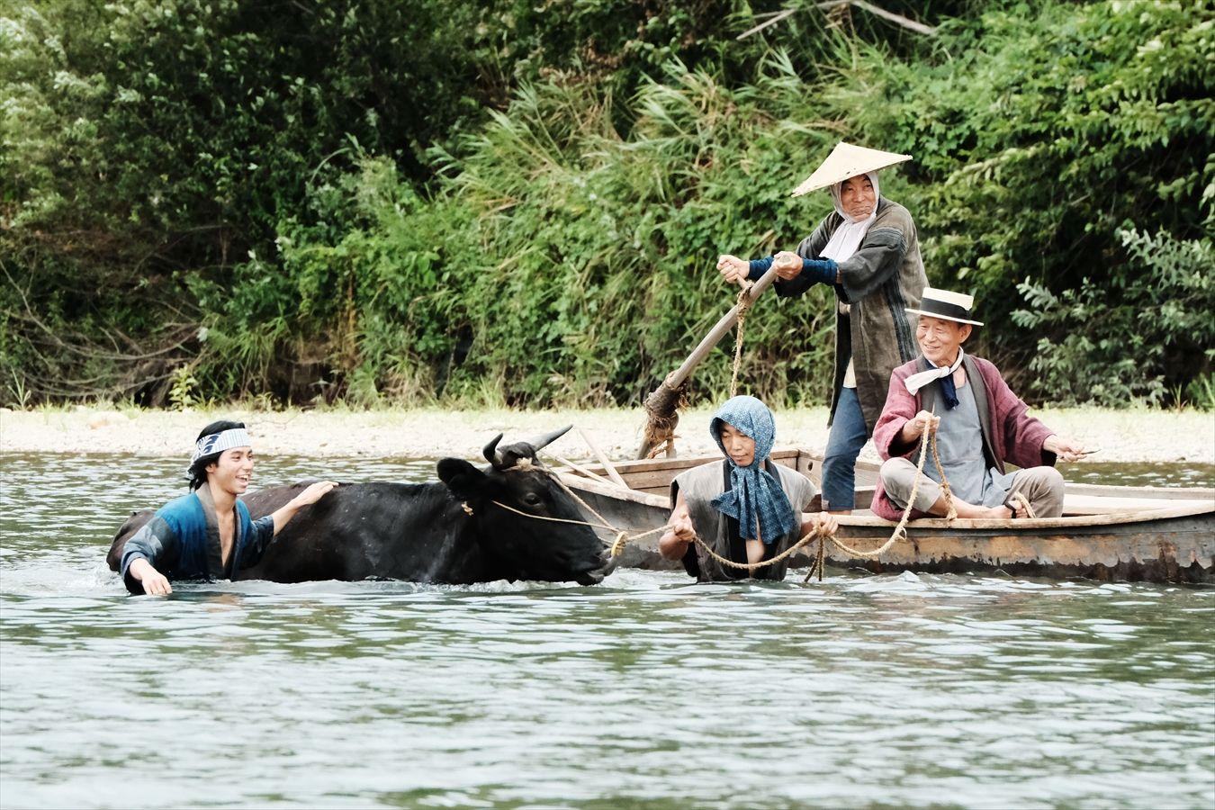 《從》講柄本明飾演的船夫每日載著村民出入村鎮之間的河流,一天開發的洪流以及河上飄流的少女,令他平靜人生掀起波瀾。