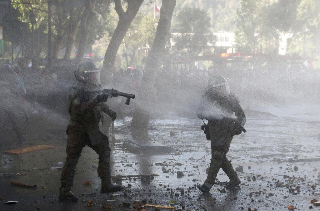警方在鎮壓示威時,朝示威者臉部開搶,導致200多名示威者眼睛受傷,包括單目失明。AP