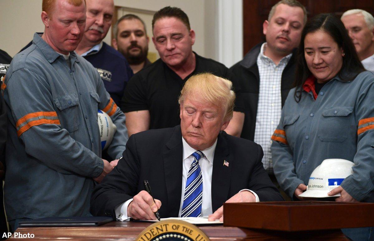 貿易法專家表示,特朗普未能在自訂限期前宣布決定,故無法依232條款加徵汽車關稅。AP