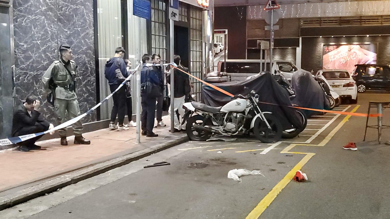 警員在現場檢獲物品。