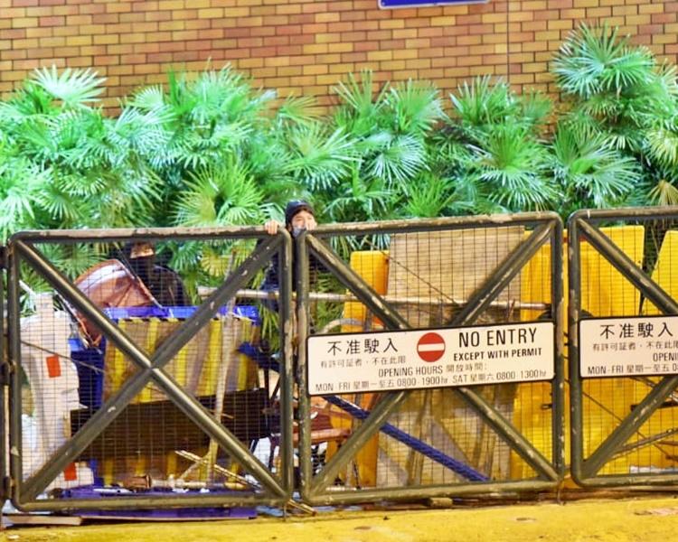 兩名黑衣人企圖爬欄逃走,但被警方發現。