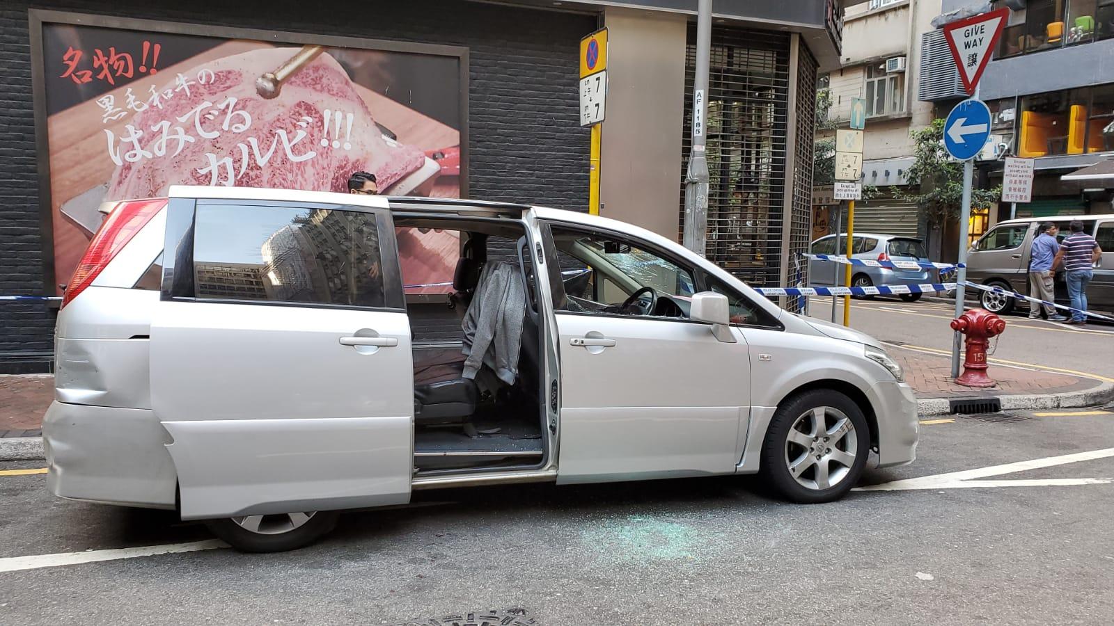 兇徒打爆七人車車窗。 歐陽偉光攝