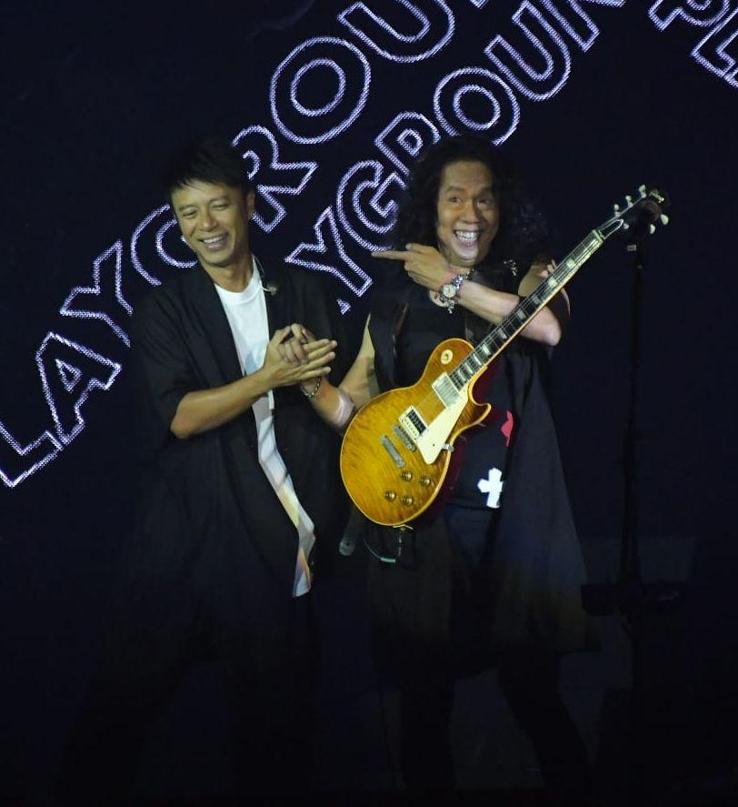 李克勤與Joey在台上有講有笑。