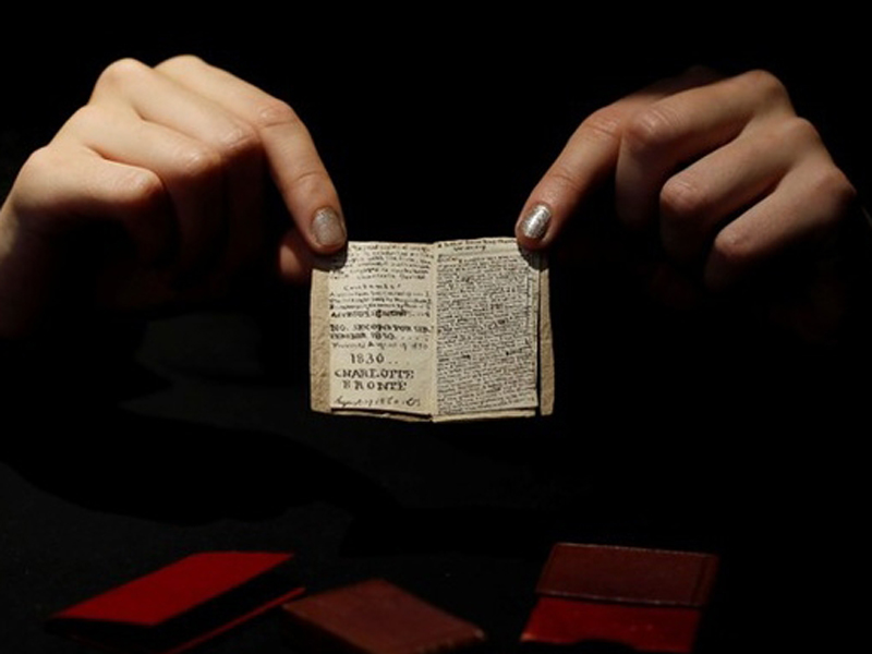 英國作家勃朗特在14歲時,撰寫火柴盒大小的「袖珍書」,博物館以78萬歐元買回。(網圖)