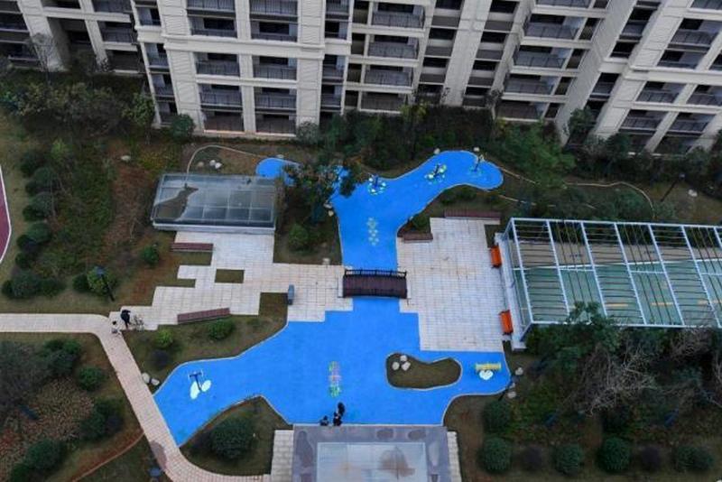 湖南長沙北辰中央公園內的一個藍色「塑料人工湖」引發網民熱議。(網圖)