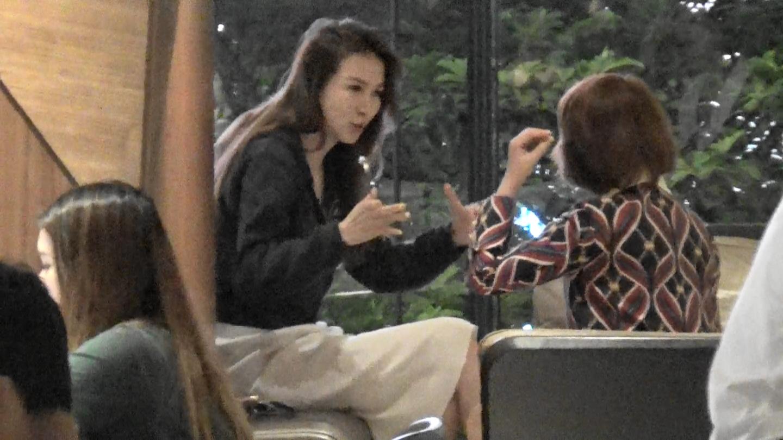 Marie同朋友飲住咖啡傾嘢。