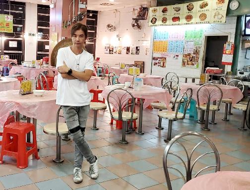 黃翊位於大埔墟街市頂層的食店,即使政府減租一半都係要蝕錢。
