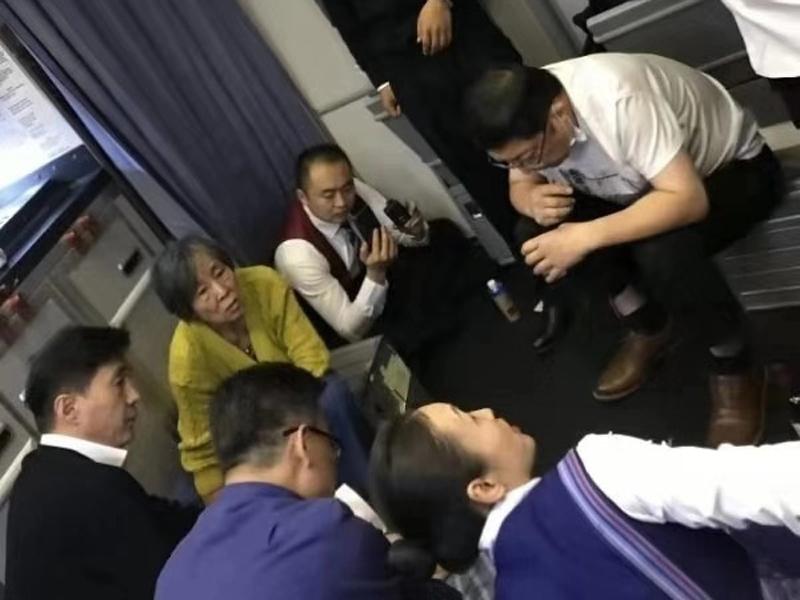 老伯在機上無法排尿或會引致膀胱破裂,醫生在萬米高空用嘴為患病老人吸尿800毫升。(網圖)
