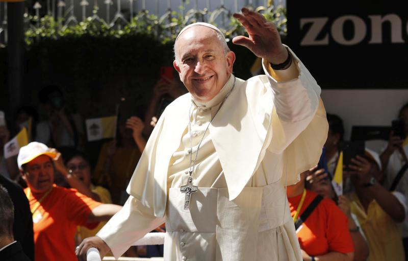 教宗方濟各展開泰國訪問行程,向人群揮手。AP