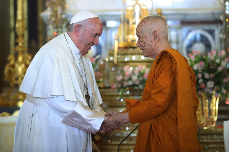 方濟各(左)會見泰國佛教僧王松德吉長老(右)。AP