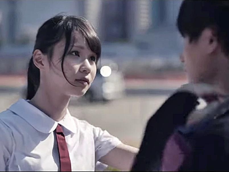 周庭喺MV中扮學生妹。