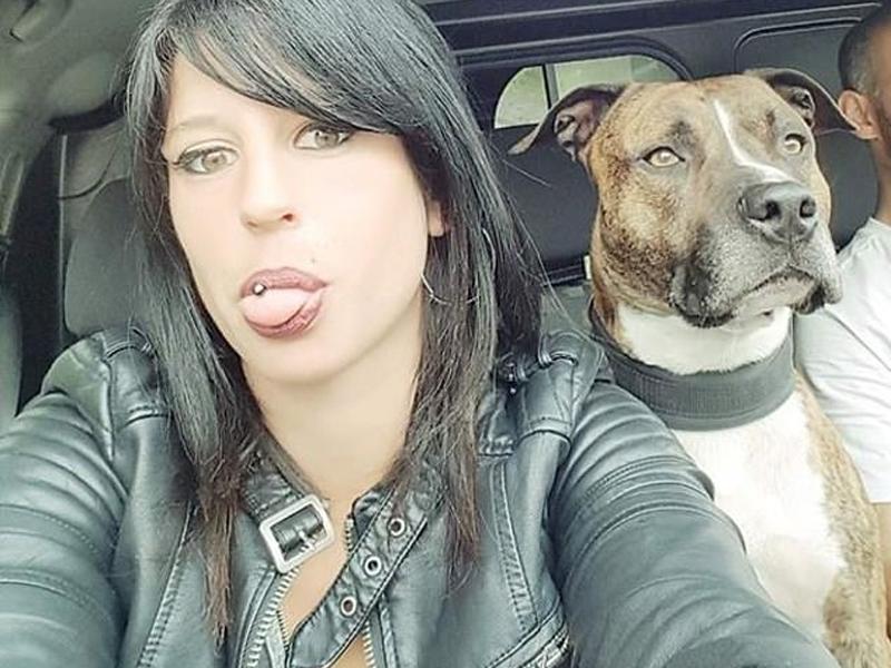 現年29歲伊麗莎是一位愛狗人士,經常在社交網站「臉書」上發佈自己和狗狗的合照。(網圖)
