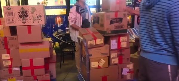女子購買了多達1617件商品。網圖