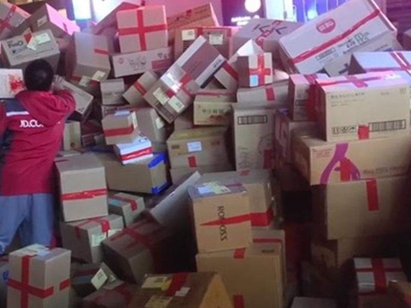 龐大貨量令快遞公司也要為她租用一個臨時倉庫存放包裹。網圖