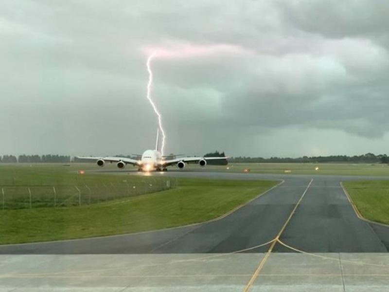 阿聯酋航空公司的A380客機在紐西蘭基督城機場的跑道上。網圖