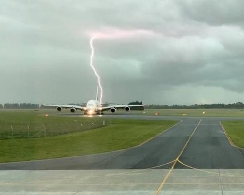 阿聯酋客機險遭雷劈   紐西蘭暴風雨驚悚畫面曝光
