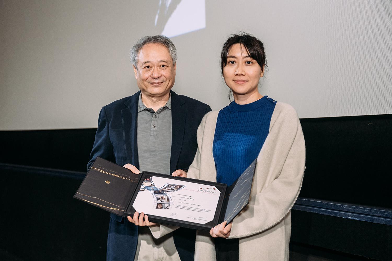 《金都》導演黃綺琳在李安手上接過殊榮。