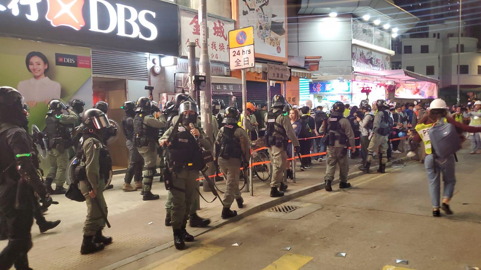【修例風波】防暴警元朗大馬路舉藍旗 截查多人拘兩人