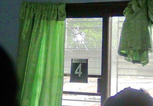 玻璃窗有明顯彈痕。網圖