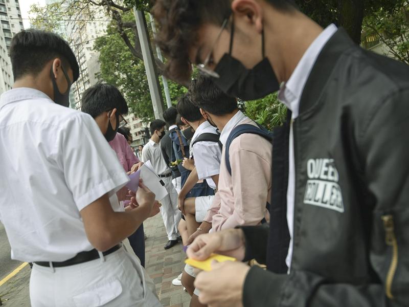 皇仁書院等官中名校,學生均曾積極參與罷課、喊口號、拉人鏈等活動。資料圖片