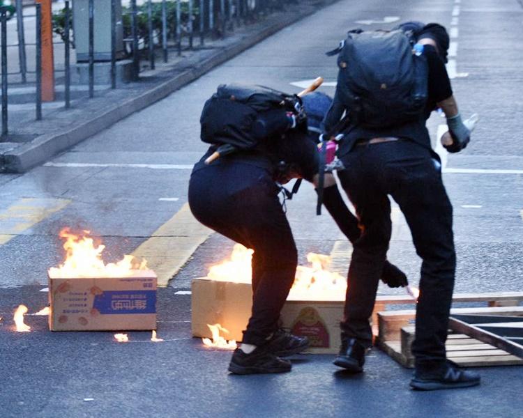 文章指打砸搶燒行為,在任何國家和地區都是嚴重違法犯罪。