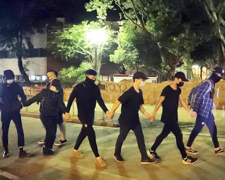 一同離開的其中6人手拖手步出校園。AP