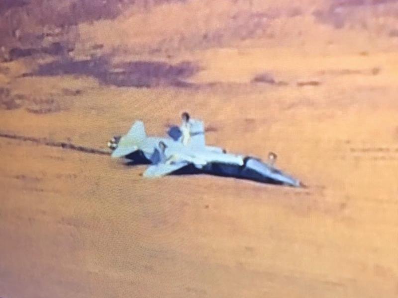 美國空軍兩架T-38教練機於當地時間21日早上9時失事,其中一架停在跑道旁的草地上,機腹朝天。(網圖)