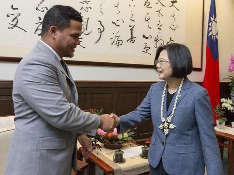 圖瓦盧外長科非與台灣總統蔡英文會面。(網圖)