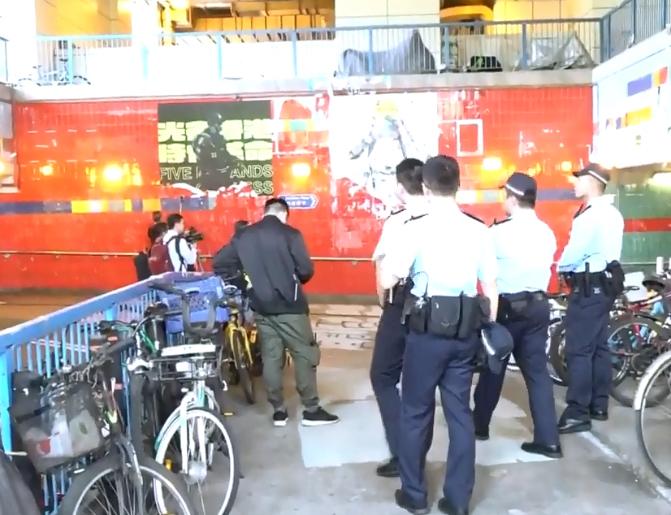 有警員在場戒備。  香港電台視像新聞截圖