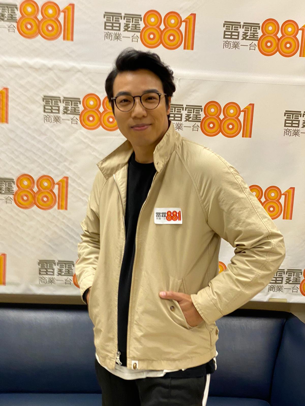 鄭世豪到電台宣傳新歌。