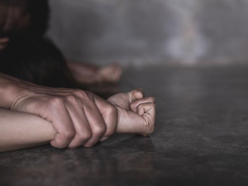 被告數度非禮及強姦其親生女兒,最終被判監禁15年。 示意圖
