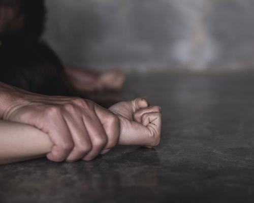 獸父稱「媽咪老啦」 數度姦親女判囚15年